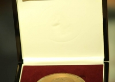 اهداء جایزه دکتر کاظمی به پروفسور رابرت لنگر